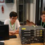 Uczestnicy Potyczek przy sprzęcie sieciowym