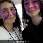 Uczestniczki z kolorowymi twarzami