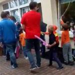 Uczestnicy z hordą dzieci