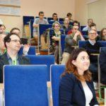 Uczestnicy w sali wykładowej słuchają