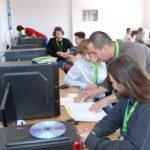 Uczestnicy przy komputerach i prowadzący