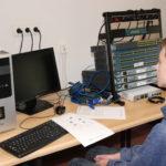 Uczestnik przy komputerze i sprzęcie sieciowym